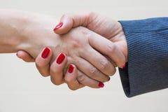 Uścisk dłoni dwa kobiety Zdjęcia Royalty Free