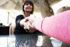 Uścisk dłoni dwa kobiety Zdjęcia Stock