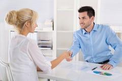 Uścisk dłoni: Ludzie biznesu w spotkaniu Doradca si i klient Fotografia Stock