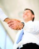 Uścisk dłoni między dwa caucasian biznesmenem Zdjęcie Royalty Free