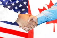 Uścisk dłoni na Kanada i usa zaznaczamy tło obrazy royalty free