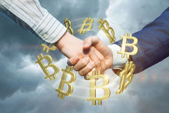 Uścisk dłoni na tle obrotów handlowych bitcons Zdjęcia Stock