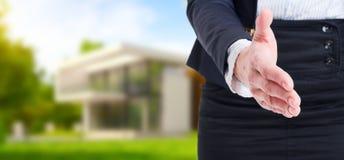 Uścisk dłoni oferta na plenerowym domowym tle jako nieruchomości conce Obraz Stock