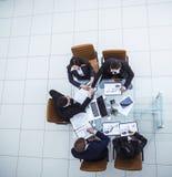 Uścisk dłoni partnery biznesowi po dyskutować pieniężną zgodę dla nowożytnego miejsca pracy zdjęcia royalty free