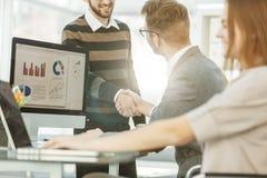 Uścisk dłoni prawnicy przed dyskusją pieniężni warunki nowy kontrakt między nowym biznesem obraz stock