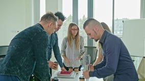 Uścisk dłoni przy Biznesowym spotkaniem Pokazuje pracę zespołową Fotografia Royalty Free