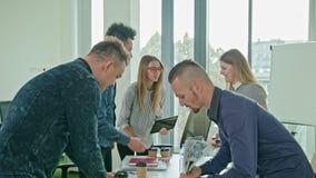 Uścisk dłoni przy Biznesowym spotkaniem Pokazuje pracę zespołową Obrazy Stock