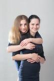 Uścisk dwa siostry Obraz Royalty Free