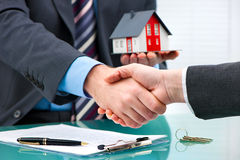 Uściski dłoni z klientem po kontraktacyjnego podpisu Zdjęcie Royalty Free