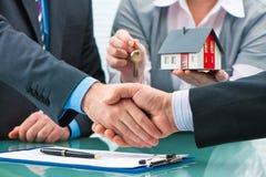 Uściski dłoni z klientem po kontraktacyjnego podpisu Fotografia Stock