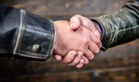 Uścisku dłoni życzliwy gest Uścisku dłoni gesta pojęcie Partnerstwo i transakcja biznesowa Pomyślny dylowy uścisk dłoni obraz stock