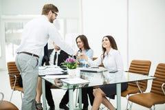 uścisku dłoni kierownik i klient przy biznesowym spotkaniem w biurze obraz stock