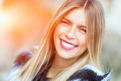 Uśmiech blondynki dziewczyna zdjęcia royalty free