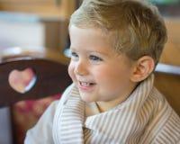 Uśmiech chłopiec przy restauracją Obrazy Stock