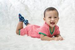 Uśmiech chłopiec strzela w studiu moda wizerunek dziecko i rodzina Uroczy dziecko kłama puszek na miękkim białym dywanie obraz royalty free