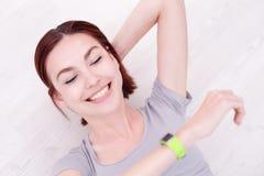 Uśmiech kobiety spojrzenia mądrze zegarek Fotografia Royalty Free