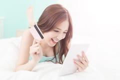 Uśmiech kobiety zakupy na internecie zdjęcia royalty free