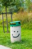 Uśmiech na kosz na śmieci Fotografia Royalty Free