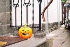 Uśmiechać się Halloween bani blisko drzwi Horyzontalny outdoors ima Fotografia Stock