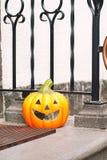 Uśmiechać się Halloween bani blisko drzwi Horyzontalny outdoors ima Zdjęcia Stock