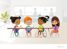Uśmiechać się niepełnosprawnego dziewczyny obsiadanie przy stołem w szkolnej bakłaszce i opowiadać jej kolega z klasy Dzieci s pr ilustracji