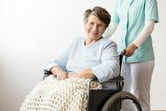 Uśmiechać się niepełnosprawnej starszej kobiety zdjęcia stock