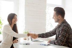 Uśmiechać się partnera handshaking po pomyślnych prac negocjacj zdjęcia stock