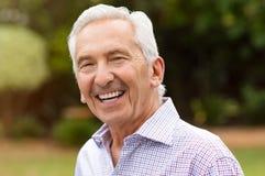 Uśmiechać się przechodzić na emeryturę starszego mężczyzna obrazy royalty free