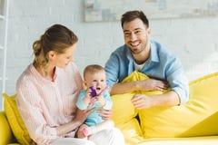 Uśmiechać się rodziców i dziecięcej córki bawić się zdjęcie royalty free