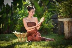 Uśmiechać się Siam kobiet Azjatyckiego kwiatu w ręce Zdjęcie Stock