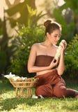 Uśmiechać się Siam kobiet Azjatyckiego kwiatu w ręce Zdjęcia Royalty Free
