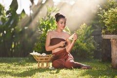 Uśmiechać się Siam kobiet Azjatyckiego kwiatu w ręce Zdjęcie Royalty Free