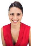 Uśmiechać się wiązany z włosami brunetki pozować Zdjęcia Royalty Free