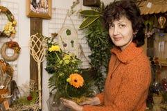 uśmiecha się kwiaciarką Zdjęcia Royalty Free
