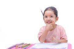 Uśmiecha się małej azjatykciej dziewczyny z ołówkowym kolorem odizolowywającym na bielu plecy Zdjęcia Stock