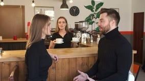 Uśmiechający się Barista dziewczyny serw młoda para filiżanka kawy w sklepie z kawą zbiory wideo