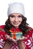 Uśmiechający się dosyć seksownej młodej kobiety jest ubranym kolorowego trykotowego pulower z bożymi narodzeniami ornament i kape Zdjęcie Royalty Free