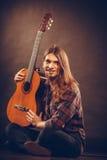 Uśmiechający się gitarzysta z jego instrumentem Obrazy Royalty Free