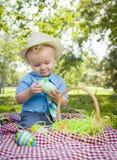 Uśmiechający się Little Boy Cieszy się Jego Wielkanocnych jajka Outside w parku Obraz Royalty Free