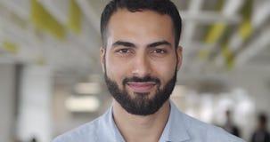 Uśmiechający się pracownik biurowy szukający kamery w strefie współpracy Portret założyciela szczęśliwego mężczyzny w zdjęcie wideo