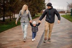 Uśmiechający się rodziców chodzi w dół ulicę i mieć zabawę z li Fotografia Royalty Free