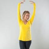 Uśmiechający się 20s kobiety blond tana z pełen wdzięku rękami up Zdjęcie Stock