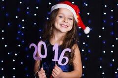 Uśmiechający się Santa dziewczyny z czerwonym nowym rokiem datuje 2016 Obraz Stock