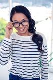 Uśmiechnięci Azjatyccy kobiety mienia eyeglasses Zdjęcie Royalty Free