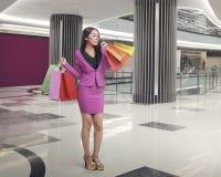 Uśmiechnięci azjatykci biznesowej kobiety przewożenia torba na zakupy Obraz Royalty Free