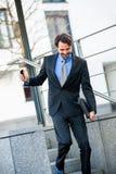 Uśmiechnięci biznesmena odprowadzenia puszka schodki Obraz Stock
