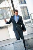 Uśmiechnięci biznesmena odprowadzenia puszka schodki Fotografia Stock