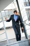 Uśmiechnięci biznesmena odprowadzenia puszka schodki Obrazy Stock