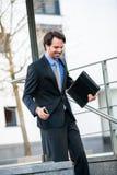 Uśmiechnięci biznesmena odprowadzenia puszka schodki Obrazy Royalty Free
