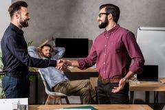 Uśmiechnięci biznesmeni trząść ręki ilustracja wektor